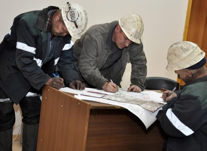 Неизвестные в масках подожгли шахту в Луганской области
