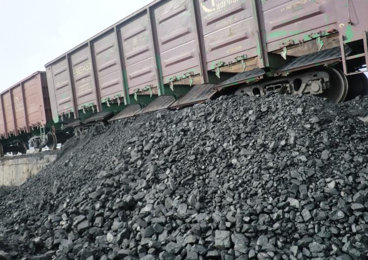 Украинцы воруют уголь из поездов
